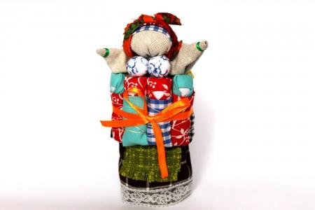 На куклу можно повесить красивые аксессуары