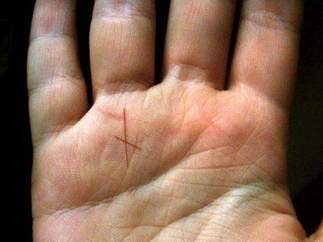Кресты на ладони имеют магическое значение