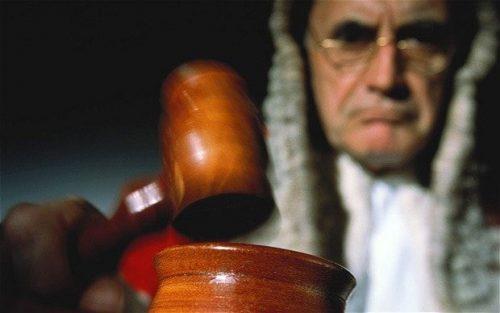 Люди с картой Суда в аркане находят себя в исполнении судебных обязанностей