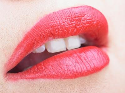 Примета: к чему чешутся губы