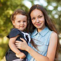 Родители любыми способами оберегают малыша