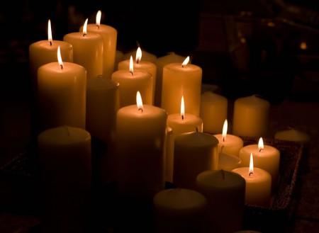 Обряд проводят при зажженых свечах