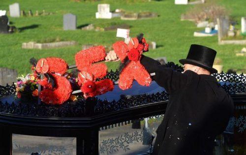 Ритуал проводят на свежей могиле